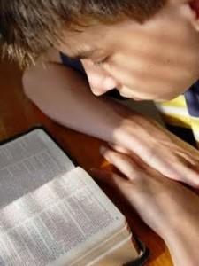 nino-leyendo-biblia