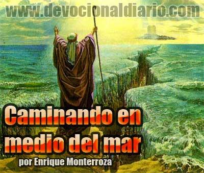 Caminando en medio del mar – Enrique Monterroza